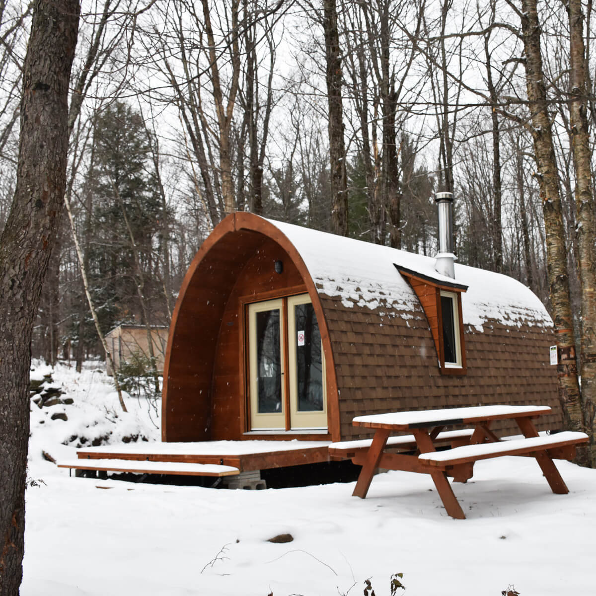 Discover the 7 types of ecological accommodation offered at Au Diable Vert - 4-season mountain and outdoor resort at Glen Sutton